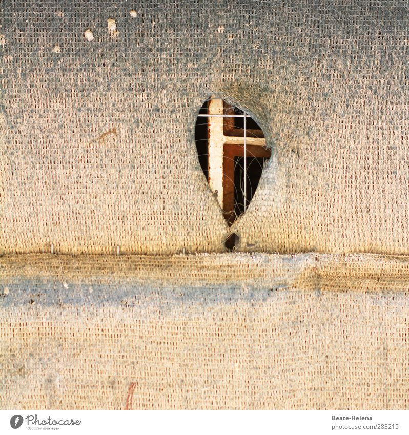 Peepshow Wand Mauer braun Fassade dreckig ästhetisch Schnur geheimnisvoll Loch Spanien Sehenswürdigkeit Rätsel Einblick Kulisse Tarnung Wahrheit