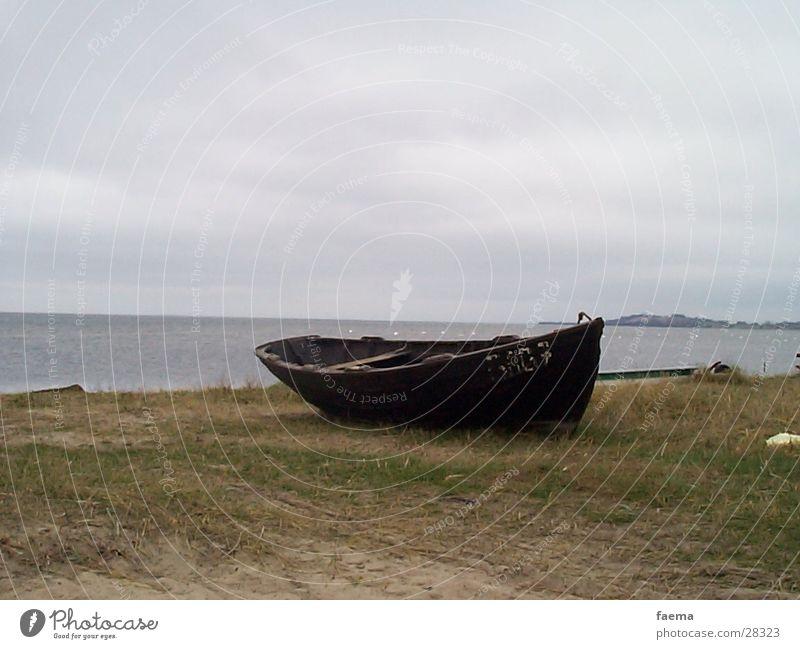 Fischerboot Wasserfahrzeug Fischereiwirtschaft Herbst Meer Stimmung Wolken schlechtes Wetter Nebel Strand Rügen Schifffahrt Hafen Insel