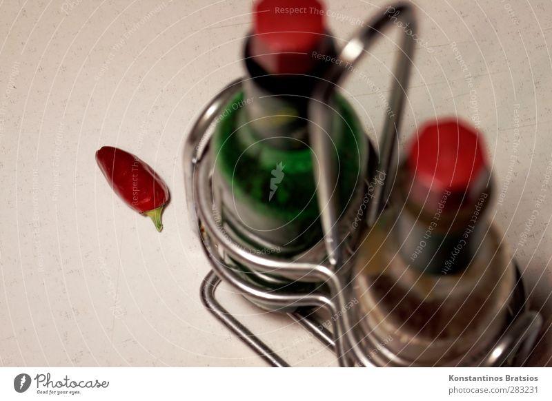 spicy Ernährung Chili Flasche Glas Metall einfach lecker grün rot weiß genießen Kräuter & Gewürze Würzig Scharfer Geschmack Schote feurig Peperoni Saucen
