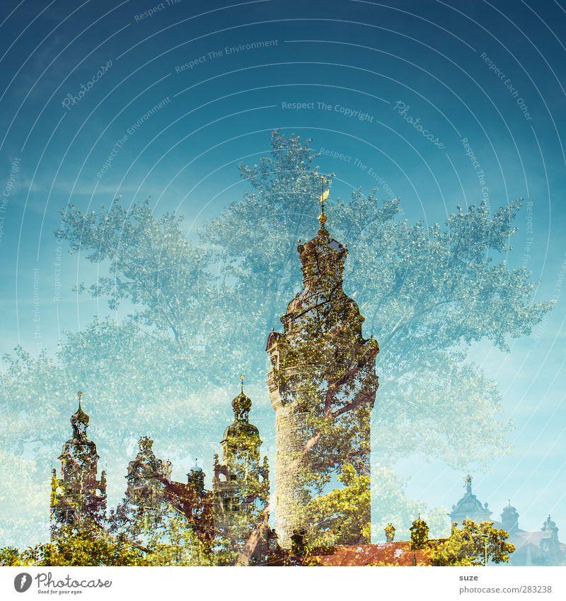 Märchenschloss Himmel blau grün Baum Umwelt Architektur außergewöhnlich Fassade Klima Wachstum Sträucher Wandel & Veränderung Turm Kultur fantastisch Bauwerk
