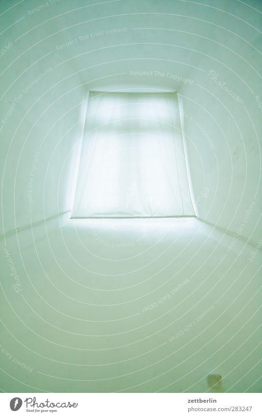 Fenster Einsamkeit Haus Wand Architektur Mauer Traurigkeit hell Raum Wohnung Häusliches Leben Sehnsucht Müdigkeit durchsichtig Vorhang Gardine