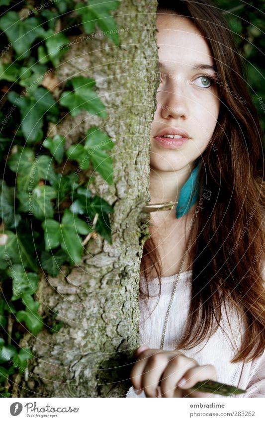 WALDGEFLÜSTER Gesicht harmonisch ruhig Mensch feminin Junge Frau Jugendliche Erwachsene Leben 1 18-30 Jahre Umwelt Natur Frühling Sommer Herbst Baum Efeu Wald