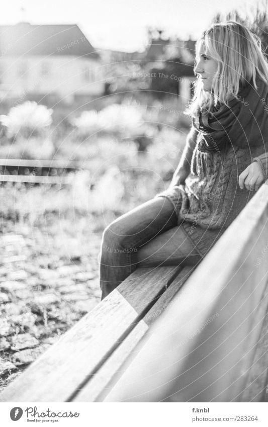 waiting for Mensch Jugendliche Sommer ruhig Erholung Erwachsene Junge Frau feminin Haare & Frisuren Glück Mode 18-30 Jahre natürlich blond sitzen authentisch