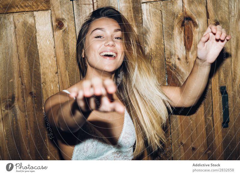 Attraktive Frau, die im Schrank posiert. genießen attraktiv Unterwäsche Holz Kleiderschrank Freude heiter Erotik heimwärts Beautyfotografie schön Jugendliche