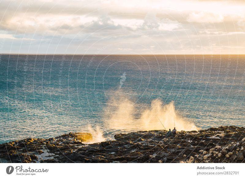Menschen, die an der Küste des Ozeans fischen. Meer Fischereiwirtschaft Landschaft Unendlichkeit Felsen Ferien & Urlaub & Reisen Erholung Seeküste