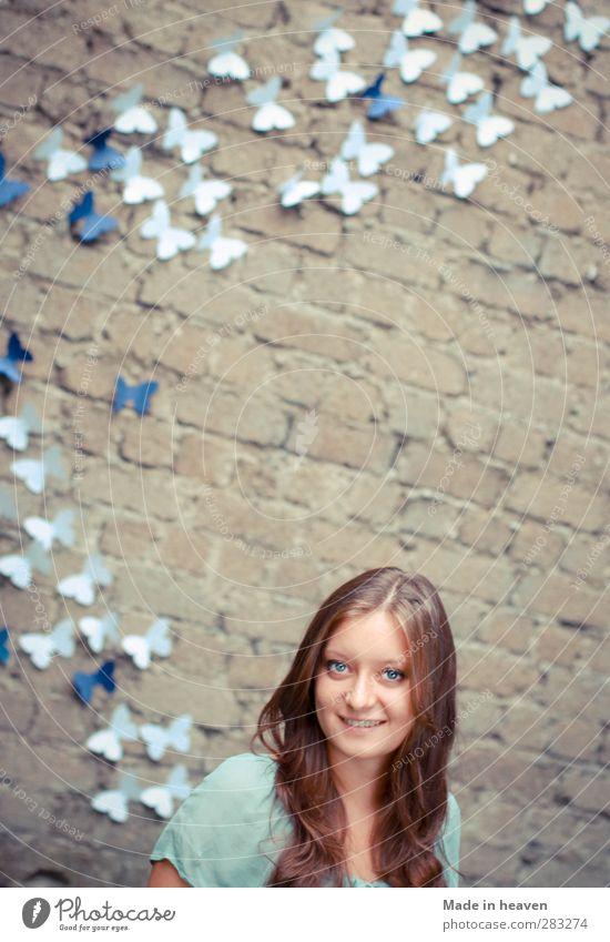 Alice im Wunderland Jugendliche ruhig 18-30 Jahre Erwachsene lustig feminin Glück Lächeln Abenteuer Freundlichkeit Neugier Unendlichkeit Bauwerk Glaube