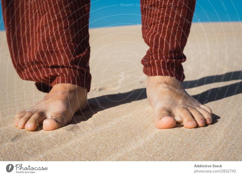 Schneiden Sie männliche Füße auf welligem Sand ab. Mann Fuß Barfuß Ferien & Urlaub & Reisen Strand Natur Küste stehen Unbekümmertheit Konsistenz regenarm Riffel