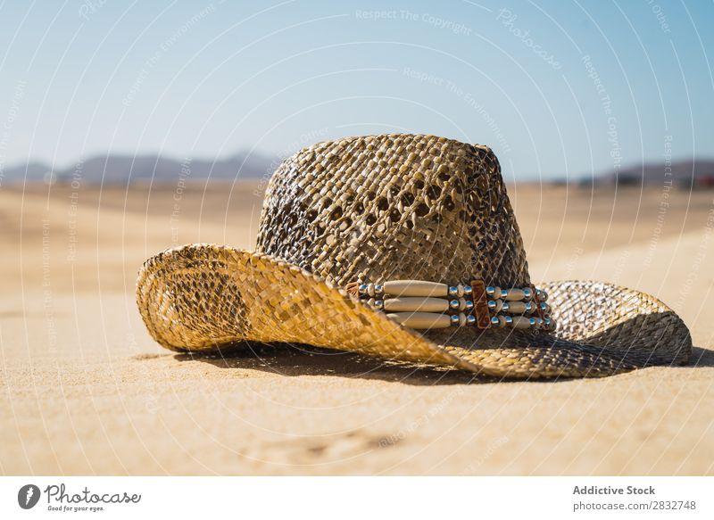 Strohhut auf Sand Hut Cowboy Küste Ferien & Urlaub & Reisen Strand Genuss komponieren Natur Kopfbedeckung Resort Sommer Freizeit & Hobby Sonnenlicht regenarm