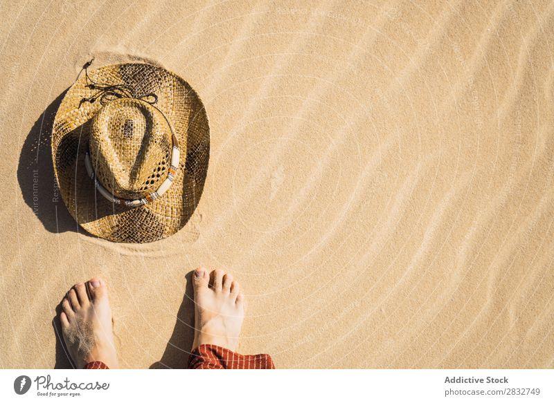 Barfuß Mann auf Sand mit Strohhut Hut Riffel stehen Cowboy Küste Ferien & Urlaub & Reisen Strand Genuss komponieren Natur Beine Feldfrüchte Kopfbedeckung