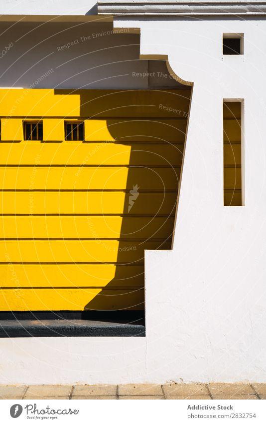 Modernes Gebäudeaußenleben mit erstaunlicher Architektur Außenseite modern abstrakt Konstruktion weiß Symmetrie gelb geometrisch Schnitzereien