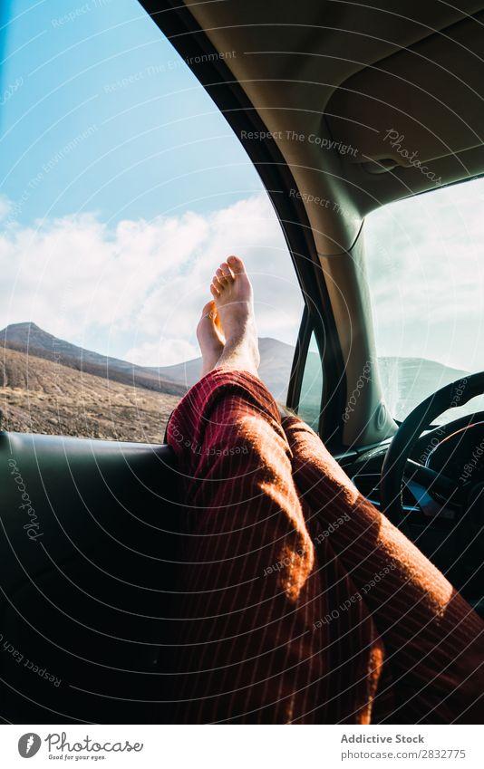 Getreidemann entspannt sich im Auto während der Reise. Mann PKW Landschaft Fenster Fuß Erholung Verkehr Freiheit Barfuß Beine Abenteuer Freizeit & Hobby