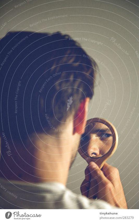 der Spiegel maskulin Mann Erwachsene Kopf Auge 1 Mensch 30-45 Jahre Handspiegel kurzhaarig Glas beobachten Blick retro blau grau Hemmung Eifersucht Identität