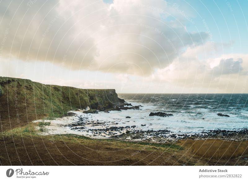 Küstenfelsen und Wellenmeer Seeküste Felsen Meer Landschaft Strand Natur Wasser natürlich Meereslandschaft Stein schön Nordirland Ferien & Urlaub & Reisen