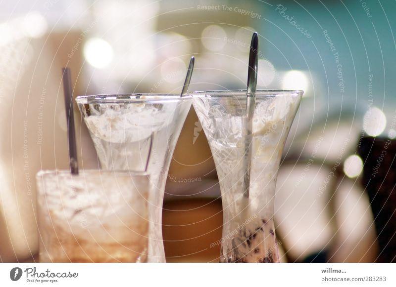 die drei geleerten Glas leer Speiseeis genießen Gastronomie lecker Restaurant Dessert Löffel Trinkhalm Völlerei Genusssucht aufgegessen Eisbecher Eiskaffee