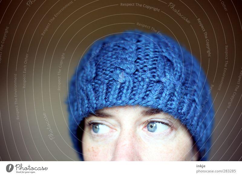 die blaue Mütze I Mensch Frau Winter Erwachsene Gesicht Auge Wärme kalt oben Mode weich Schutz kuschlig schick