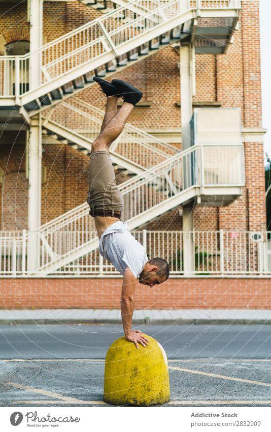 Mann im Handstand auf der Straße Stadt stehen Ausdauer Ausdruck sportlich Zeitgenosse Tänzer expressiv Stil Kultur Bewegung Jugendliche Leistung