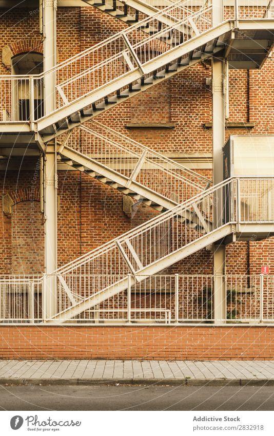Feuertreppe der Gebäudeaußenseite Außenseite Treppe entkommen Architektur Design Notfall Strukturen & Formen Seite Stadt Stadtzentrum Straße Sicherheit