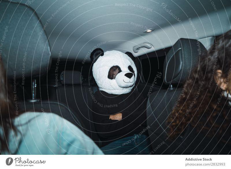 Mann mit Pandamaske Maske Frieden gestikulieren Mensch Rücken Sitz Passagier Fach PKW Fahrzeug Verkehr Ausdruck gestikulierend Idee lässig niedlich Kostüm