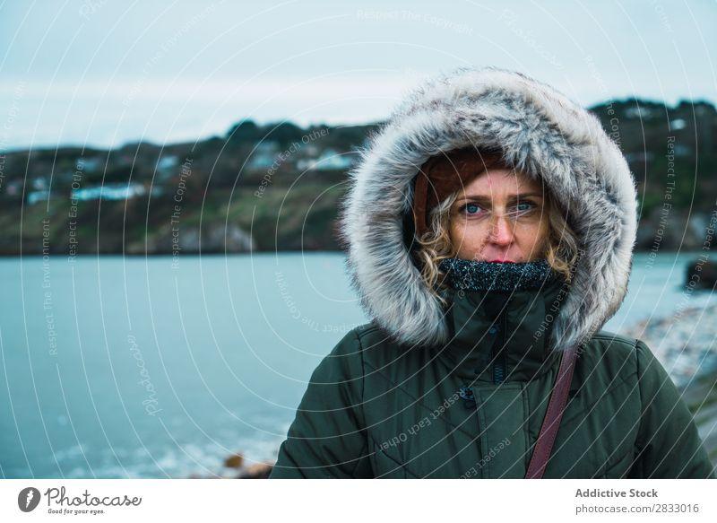 Touristenfrau am Meer Reisender Küste Seeküste Frau Blick in die Kamera warme Kleidung Ferien & Urlaub & Reisen Tourismus Ausflug Felsen Landschaft Strand Natur
