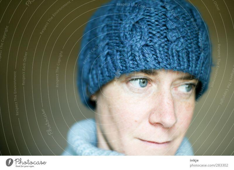 die blaue Mütze II Stil Frau Erwachsene Leben Gesicht 1 Mensch 30-45 Jahre Mode Bekleidung Wolle Wollmütze Blick kuschlig Wärme weich Gesundheit kalt Schutz