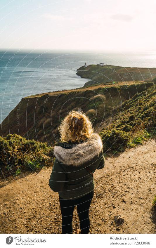 Frau macht Aufnahmen von der Meereslandschaft Tourist Reisender Küste Seeküste PDA Schüsse nehmen Straße Ferien & Urlaub & Reisen Tourismus Ausflug Felsen