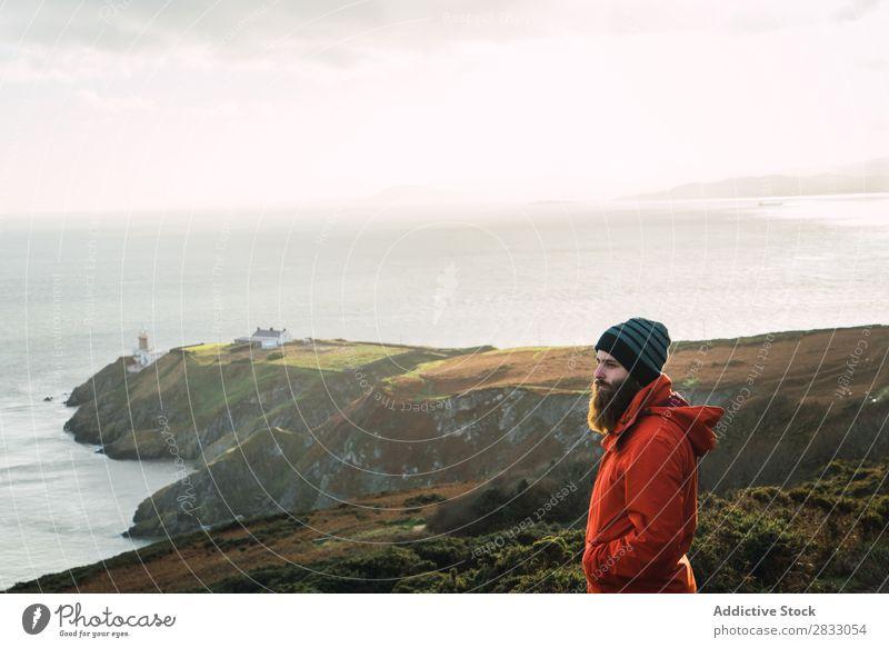 Mann, der in den Bergen posiert. Tourist Reisender Küste Seeküste Ferien & Urlaub & Reisen Tourismus Ausflug Felsen Meer Landschaft Strand Natur Wasser