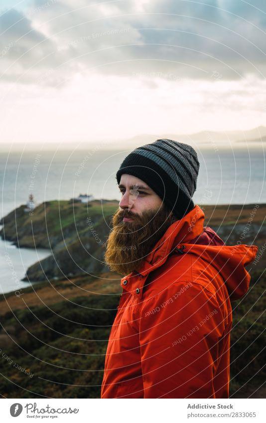 Mann, der in den Bergen posiert. Tourist Reisender Küste Seeküste Navigation Ferien & Urlaub & Reisen Tourismus Ausflug Felsen Meer Landschaft Strand Natur