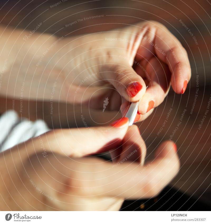Drehmoment in der Endphase. Mensch Frau Jugendliche Hand schön rot Erholung Erwachsene Junge Frau feminin 18-30 Jahre Haut Zufriedenheit elegant Finger Coolness