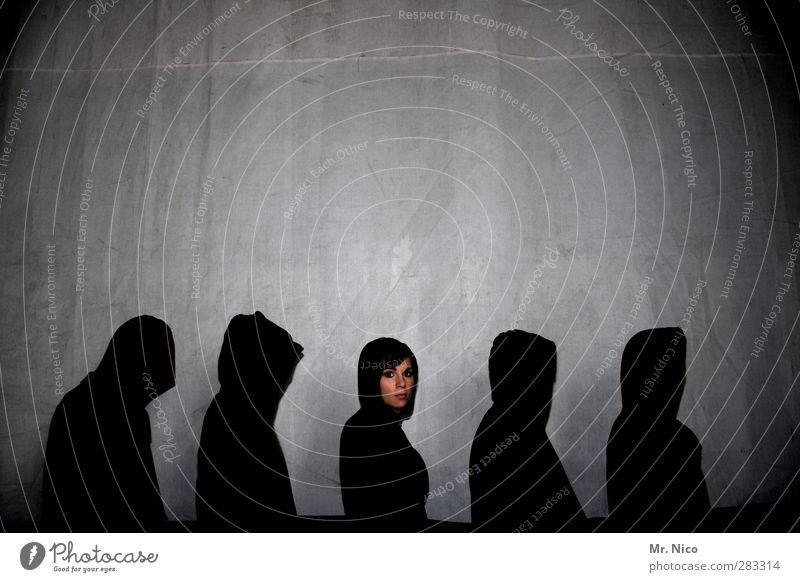 black swan Nachtleben maskulin feminin Gesicht 5 Mensch 30-45 Jahre Erwachsene Mütze beobachten stehen schwarz Coolness Warteschlange Kapuzenjacke Schatten