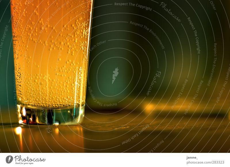 sprudelnd Getränk Erfrischungsgetränk Limonade Glas Holz rund braun gelb gold grün Farbfoto Nahaufnahme Textfreiraum rechts