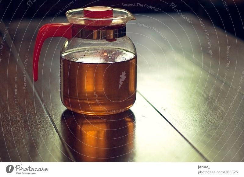 Teekanne Getränk Heißgetränk braun gelb gold rot Reflexion & Spiegelung Tisch Farbfoto mehrfarbig Innenaufnahme Licht