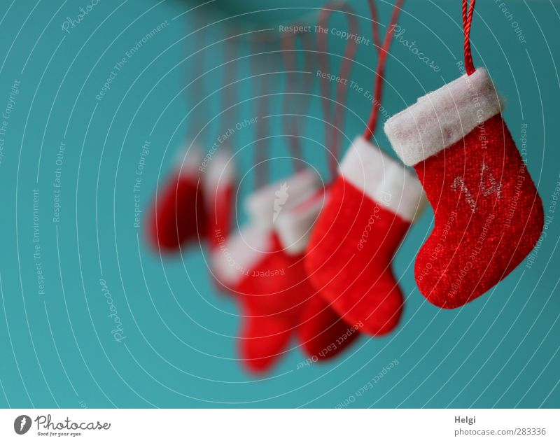 kleine rote Nikolausstiefel aus Filz hängend als Dekoration Dekoration & Verzierung Kitsch Krimskrams Zeichen Schnur ästhetisch einfach schön einzigartig