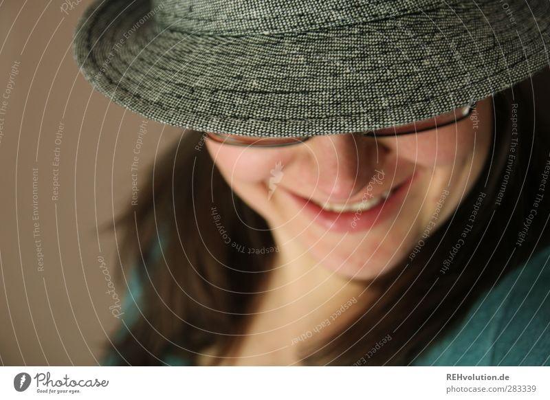 """""""Ach, es ist so anregend ein Hut zu sein..."""" Mensch Frau Jugendliche Erwachsene Gesicht Junge Frau feminin lachen grau Kopf 18-30 Jahre braun authentisch Lächeln Brille Freundlichkeit"""