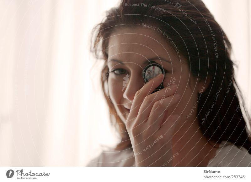 210 [mirror-eye] schön Spiegel Flirten feminin Junge Frau Jugendliche Mensch 18-30 Jahre Erwachsene schwarzhaarig brünett langhaarig Monokel beobachten