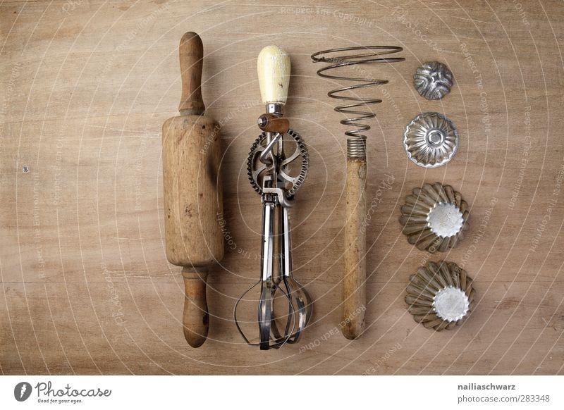 Küchenutensilien Ernährung Kitsch Krimskrams handmixer handrührgerät mechanisch Manuelles Küchengerät Nudelholz Rührbesen förmchen alt braun silber retro