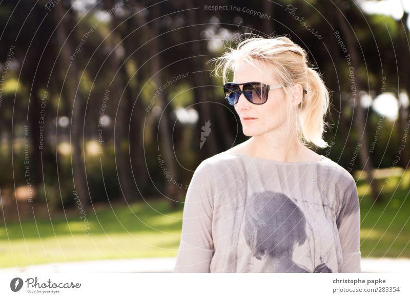 243702 Reichtum elegant Stil schön maskulin Frau Erwachsene 1 Mensch 18-30 Jahre Jugendliche Mode Sonnenbrille blond Zopf Coolness hell trendy selbstbewußt