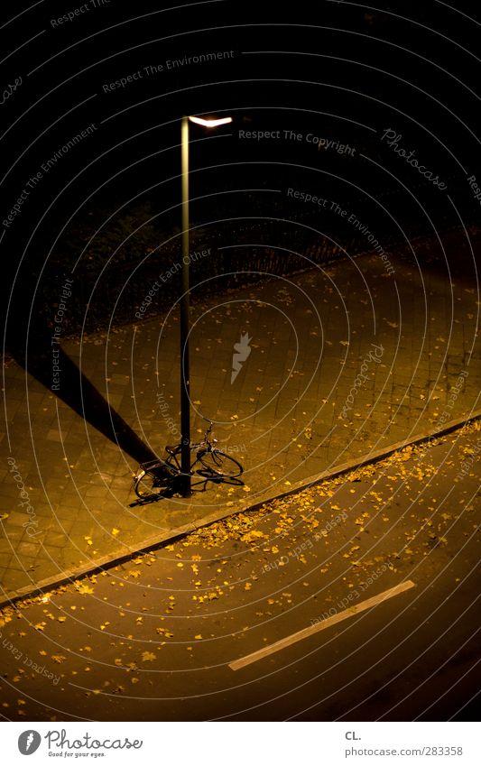 fahrrad Menschenleer Platz Verkehrswege Straßenverkehr Fahrradfahren Wege & Pfade dunkel braun schwarz Einsamkeit Lampe Licht Schatten Vogelperspektive einzeln