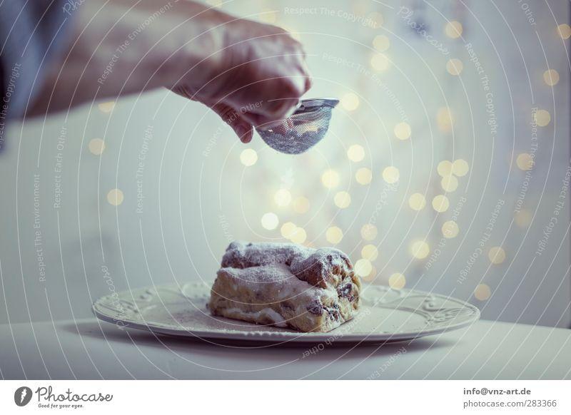 Stollen Weihnachten & Advent Hand schön Feste & Feiern Stimmung modern Engel Kuchen verschönern Weihnachtsdekoration Lichterkette verteilen Sieb Christstollen Puderzucker