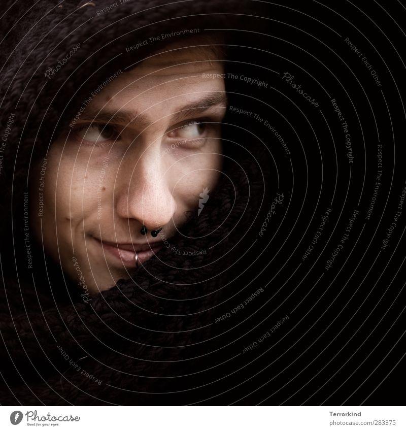 . Mensch schwarz Gesicht Auge dunkel Nase Lächeln Textfreiraum Kapuze Schal rechts Wange