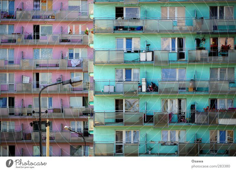 Polnische Platte blau grün Stadt rot Haus Fenster Architektur Gebäude rosa Wohnung Fassade Armut authentisch Hochhaus Häusliches Leben trist