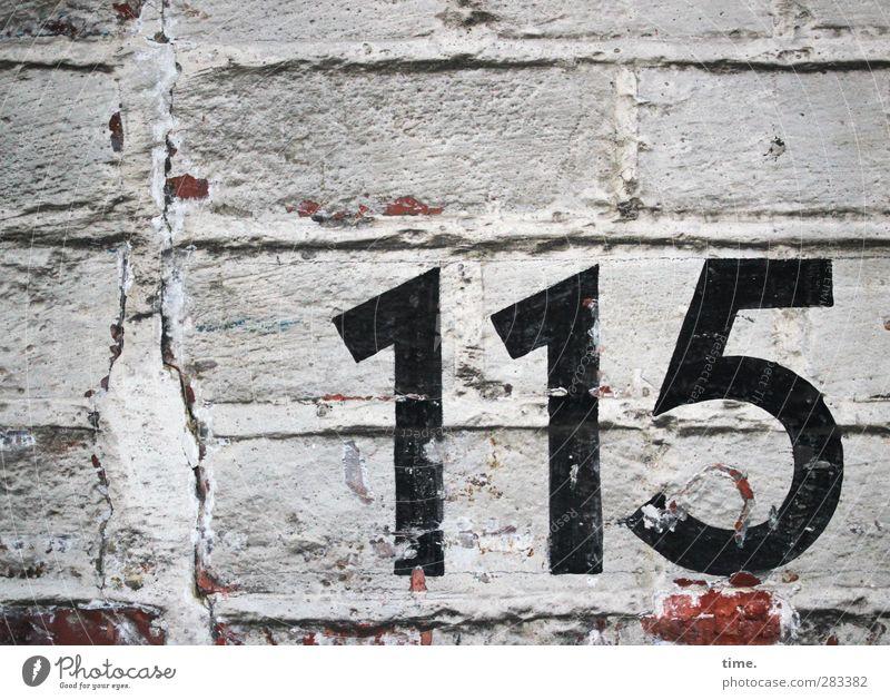 Orientierungshilfe (II) alt Stadt Wand Mauer dreckig Ordnung Ziffern & Zahlen trocken historisch Backstein trashig Putz Genauigkeit Backsteinwand Mörtel
