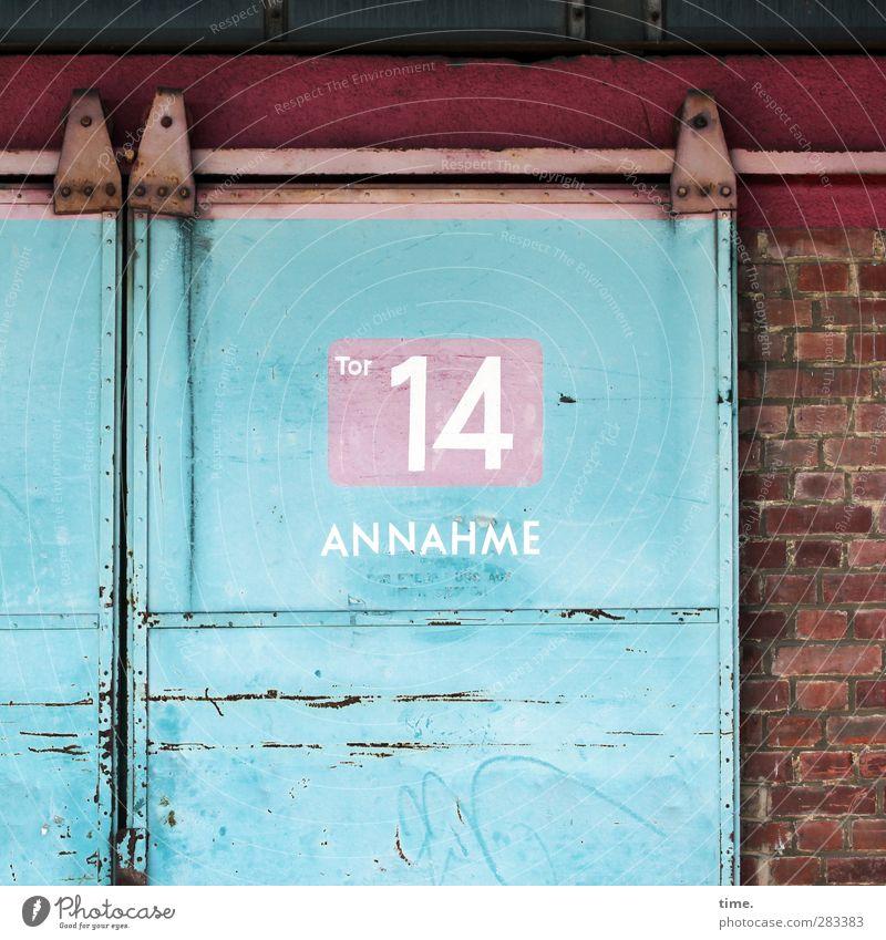 Orientierungshilfe (I) blau alt rot Wand Architektur Mauer Stein hell Business Metall Tür dreckig authentisch Schilder & Markierungen Ziffern & Zahlen Zeichen