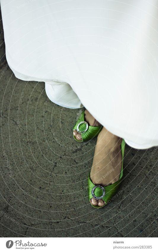 Froschkönigs Frau Mensch Frau Jugendliche grün Erwachsene Junge Frau feminin Glück Stein Stil Fuß 18-30 Jahre Schuhe elegant Beton Bekleidung