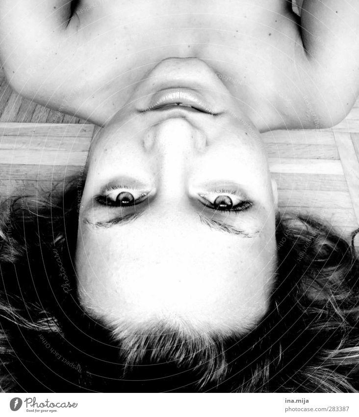 hallo! Mensch Jugendliche nackt Erholung Junge Frau Gesicht Auge sprechen Haare & Frisuren außergewöhnlich liegen authentisch Coolness einzigartig geheimnisvoll gruselig