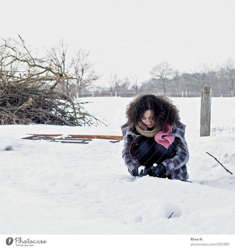 Der erste Schnee 1 Mensch Natur Landschaft Winter Feld Mantel Schal Handschuhe Haare & Frisuren brünett langhaarig Locken hocken Spielen authentisch schön kalt
