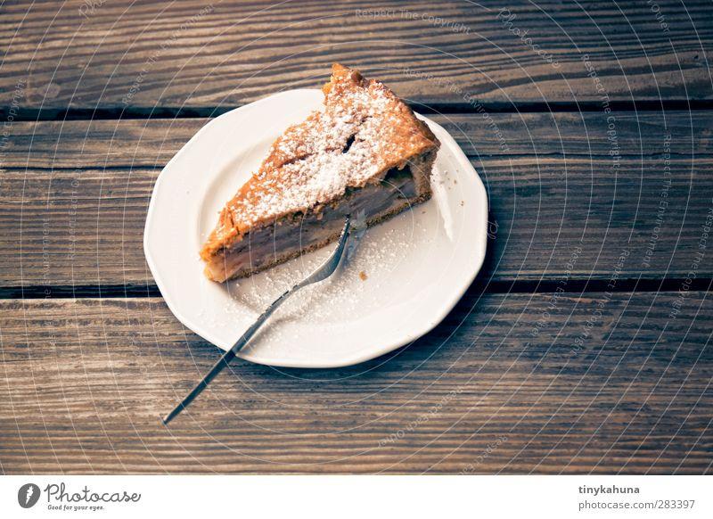 gedeckter Apfelkuchen Teigwaren Backwaren Kuchen Kaffeetrinken Garten Tisch Holz Essen genießen frisch lecker saftig süß Farbfoto Nahaufnahme Menschenleer Tag