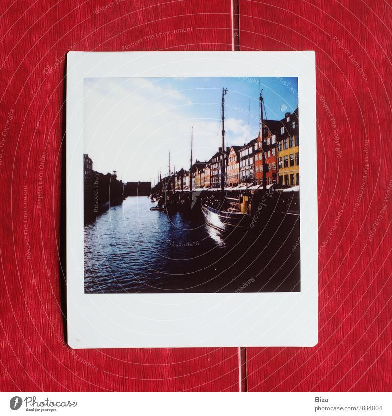 Nyhavn Kopenhagen Dänemark Haus schön Hafen Kanal Wasser mehrfarbig Kontrast Wasserfahrzeug Nyhavn Kanal Himmel Sonne Polaroid Textfreiraum unten
