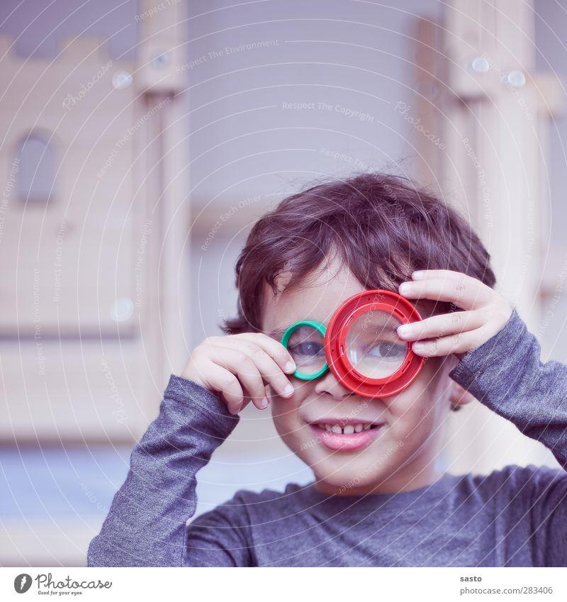 Der Forscher Mensch Kind grün rot Freude Spielen Junge Holz grau Kopf braun Kindheit maskulin authentisch Neugier Kunststoff