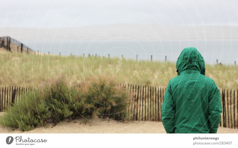 Regentanz: erfolgreich. Mensch Ferien & Urlaub & Reisen grün Meer Strand Einsamkeit ruhig Landschaft Erholung Ferne Gefühle Küste Freiheit Traurigkeit Sand