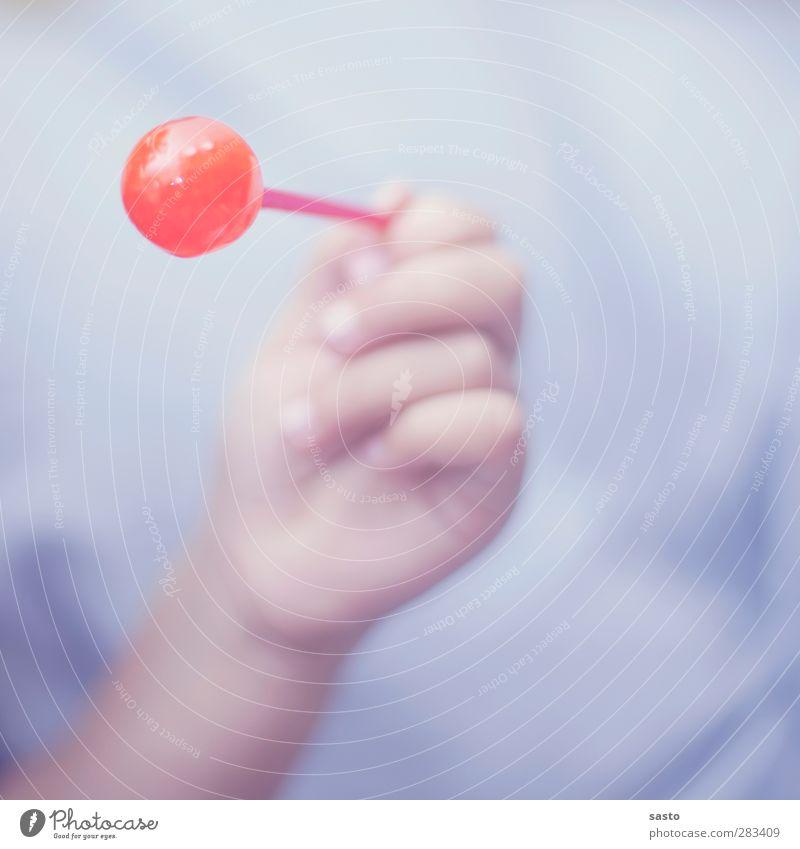 Das Leben ist süss Süßwaren Freude Kind Junge Kindheit Hand Finger 3-8 Jahre Essen festhalten genießen lecker süß violett rot Zufriedenheit Lebensfreude
